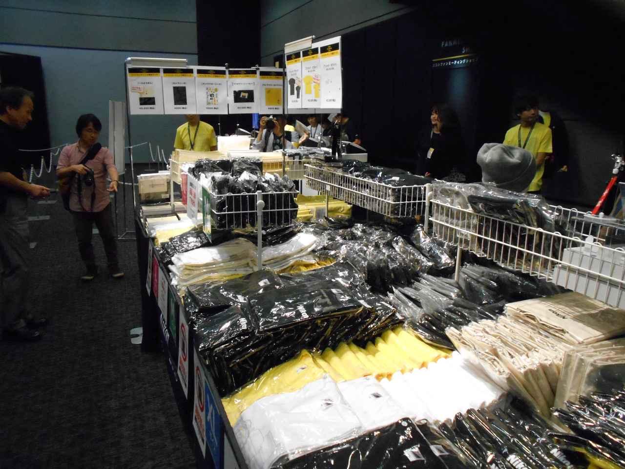 画像: ▲Tシャツやトートバックなどニコンオリジナルグッズが買える、物販コーナーも。