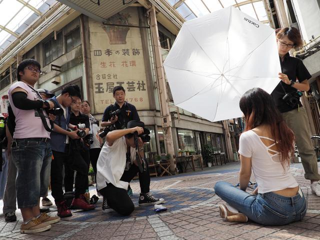 画像1: 「街のあちらこちらに残る昭和の光と影を、いかにモデルに馴染ませるか!」 (ハヤシアキヒロ)