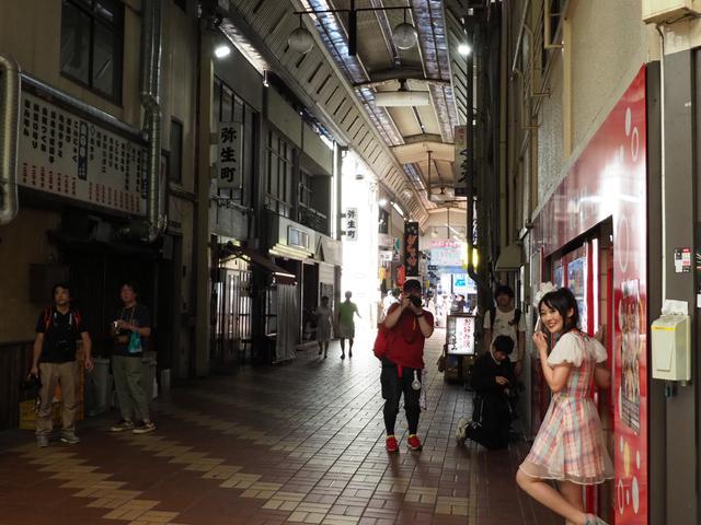 画像2: 「街のあちらこちらに残る昭和の光と影を、いかにモデルに馴染ませるか!」 (ハヤシアキヒロ)