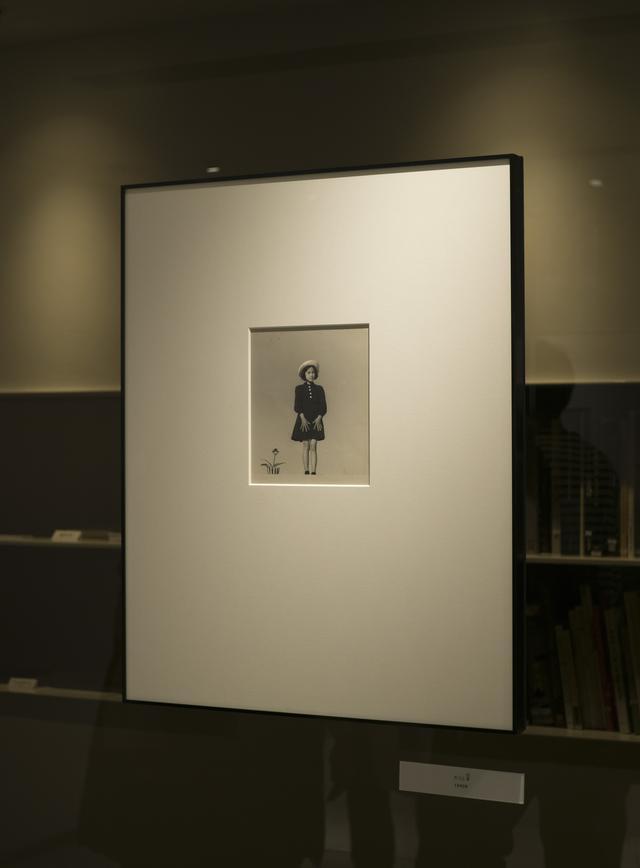 画像: 初公開となる植田正治氏のビンテージプリント、長女和子さんを撮影した作品「カコ」(1949年)。
