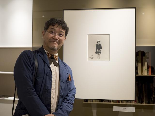 画像: 「カコ」を前に今回のキュレーションを行なった植田正治さんの孫でもあり、植田正治事務所代表の増谷寛さん。写真の和子さんは増谷さんのお母さんでもある。