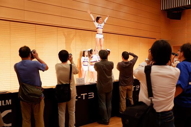 画像: X-T3の体験コーナー。X-T3を使いたいという気持ちと、チアを撮影したいという気持ちの両方で人がたくさん!