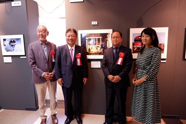 画像: 大賞を受賞した和田さんを囲んで。左から、広田氏、タムロン鯵坂社長、和田氏、矢野氏。