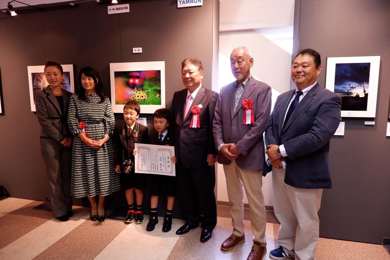 画像: 小・中・高校生の部大賞の玉田航也さんを囲んで。ご両親やお兄ちゃんもうれしそうだ。