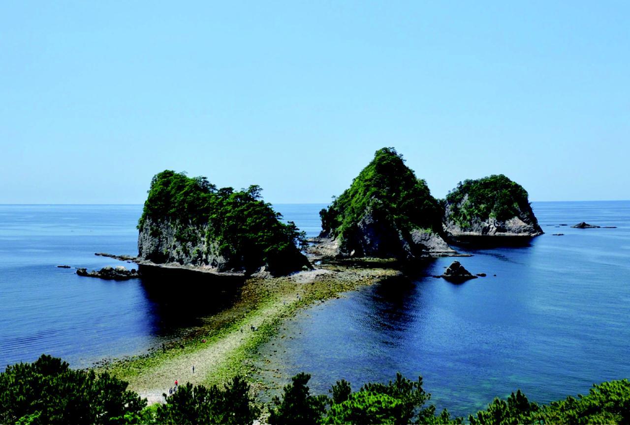 画像: 堂ヶ島のトンボロ  普段は海だが、干潮時には島までの道が出現し歩いて渡ることができる。