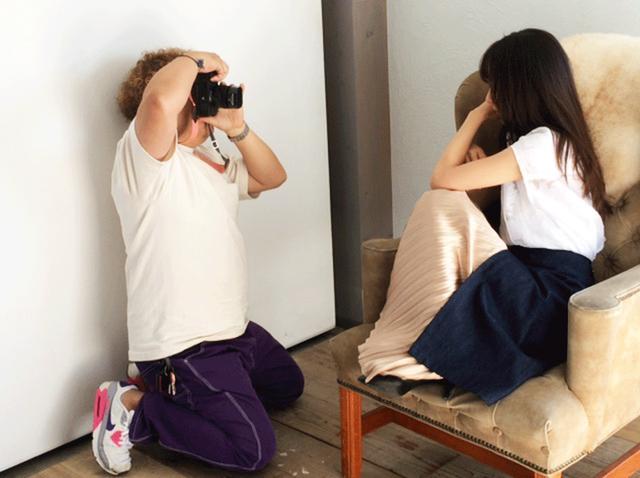 画像1: カメラマン12月号の表紙撮影が行われました。新宿区内の、今にもくずおれそうな雑居ビルです(笑)。実際、非常階段も踏み抜く危険があるからと進入禁止でしたけど…。