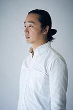 画像: 豊田慶記 (とよた よしき) 1981年広島県生まれ。 メカに興味があり内燃機のエンジニアを目指していたが、植田正治・緑川洋一・メイプルソープの写真に感銘を受け写真家を志す。日本大学芸術学部写真学科卒業後スタジオマンを経てカメラメーカーにてデジタル一眼レフ等の開発に携わる。その後フリーランスカメラマンとして自動車雑誌やカメラ雑誌等で撮影執筆をしながら写真制作に勤しむ。黒白写真 x 風景が好き。