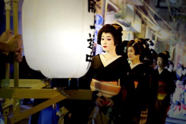 画像: 博多献上道中で芸妓さんに酔いしれる