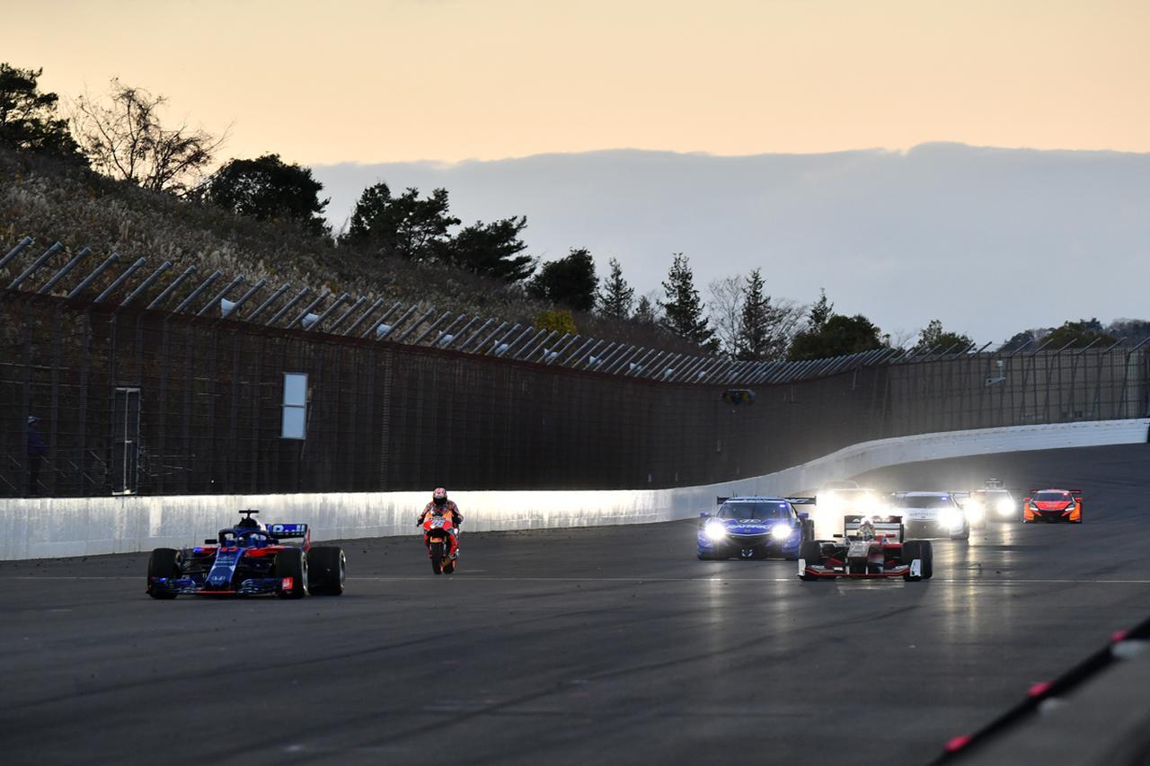 画像: 夕闇迫るパレードラン、イベントを締めくくる感動的なシーン ■絞りF6.3 1/320秒 ISO1600 280mm域