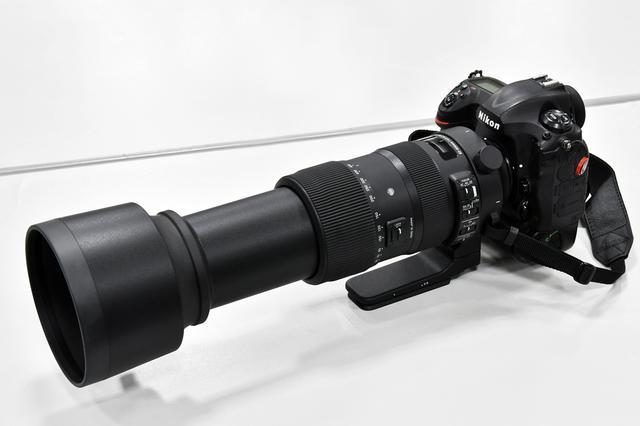 画像: 600mmに伸ばすと重心は前方に移動、手持ちの場合はフード部を持った方がバランスがよい。