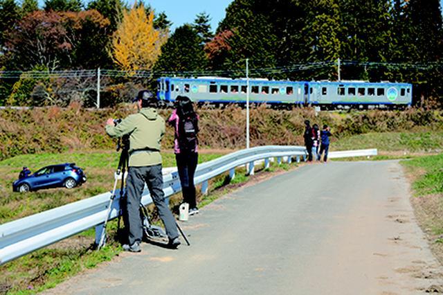画像: ▲今回の撮影ポイントは3カ所。小淵沢駅に集合し貸切バスで最初の撮影 地へ直行。列車がかなり近くを通過する場所では標準レンズでも大迫力。