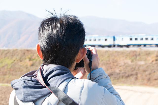 画像: ▲手持ちで列車を追いかけながら撮影。ボディとレンズのバランスがよく、しっかりとホールディングして撮影できる。