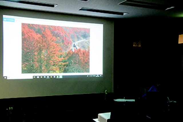 画像: ▲締めは長根プロが撮った作品をスクリーンに映してして レクチャー。参加者自身の作品との違いを勉強するとても 良い機会になった。