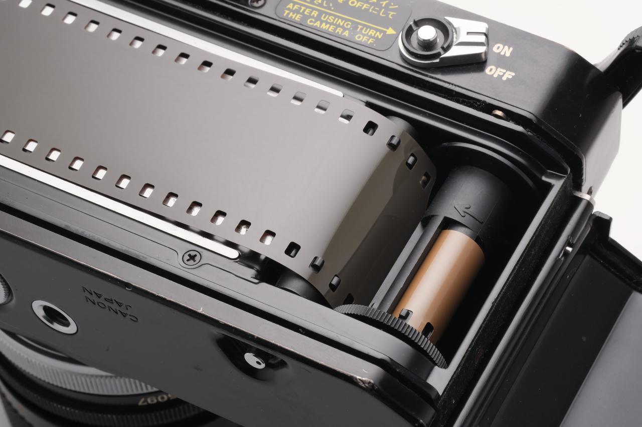 画像: EFのスプロケット。フィルム巻き上げは逆巻きとなる。