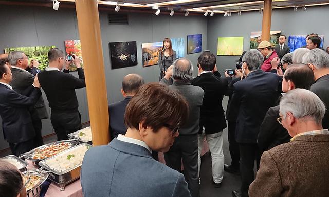 画像: 人気写真家らしくオープニングパーティは立錐の余地もないぐらい盛況で、新春にふさわしい写真展となった。
