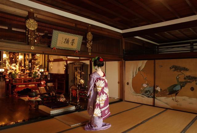 画像1: ご本尊と優雅な襖絵のある本堂でも撮影。