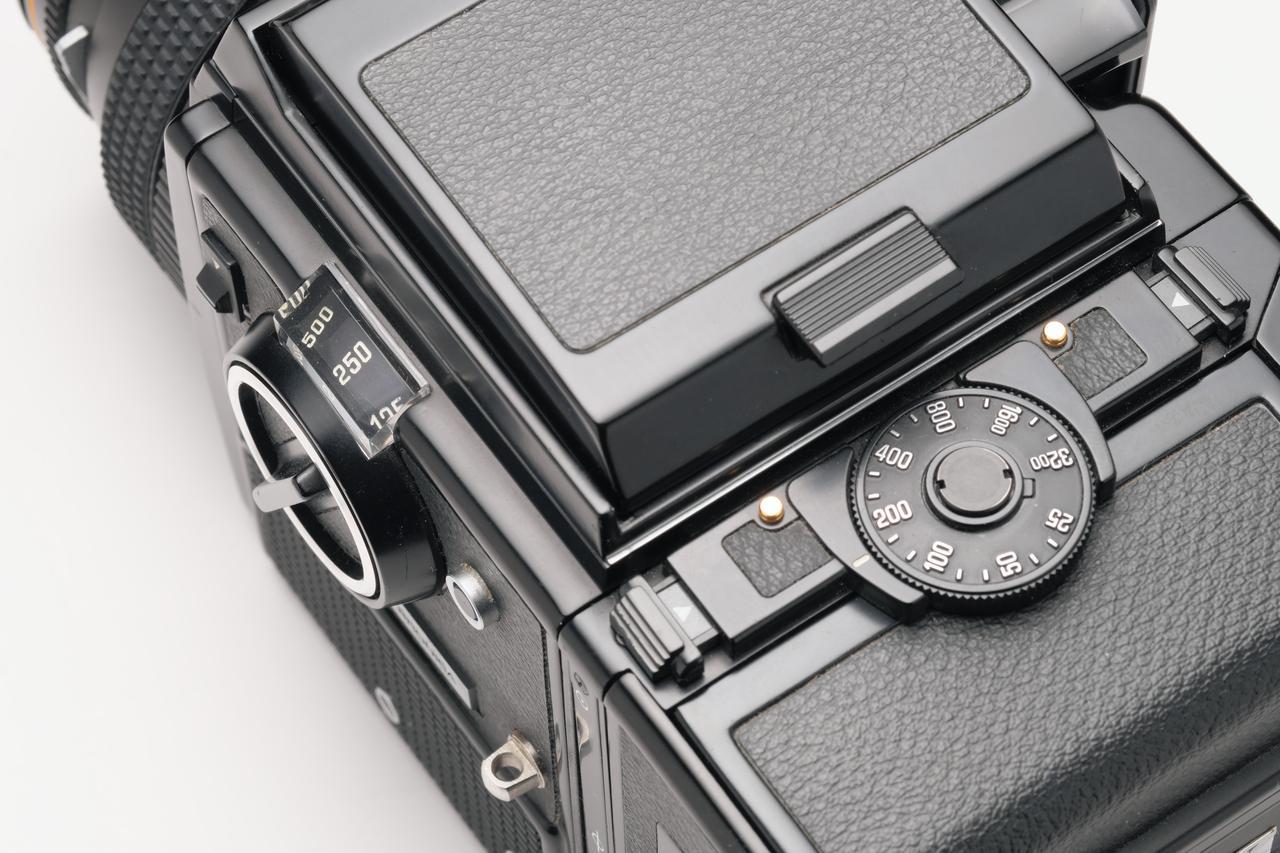 画像: SQ-AのシャッターダイヤルとISO感度設定ダイヤル。