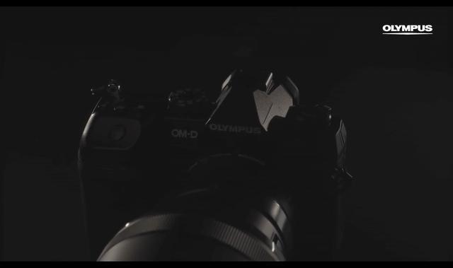 画像: 動画の終わりに出てくるカメラのシルエット。OM-D E-M1 Mark IIに似た感じだが、シャッターボタンまわりが違うように見える。