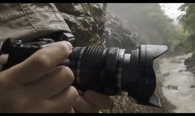 画像: 男性カメラマンが撮影するシーンでカメラがアップに。