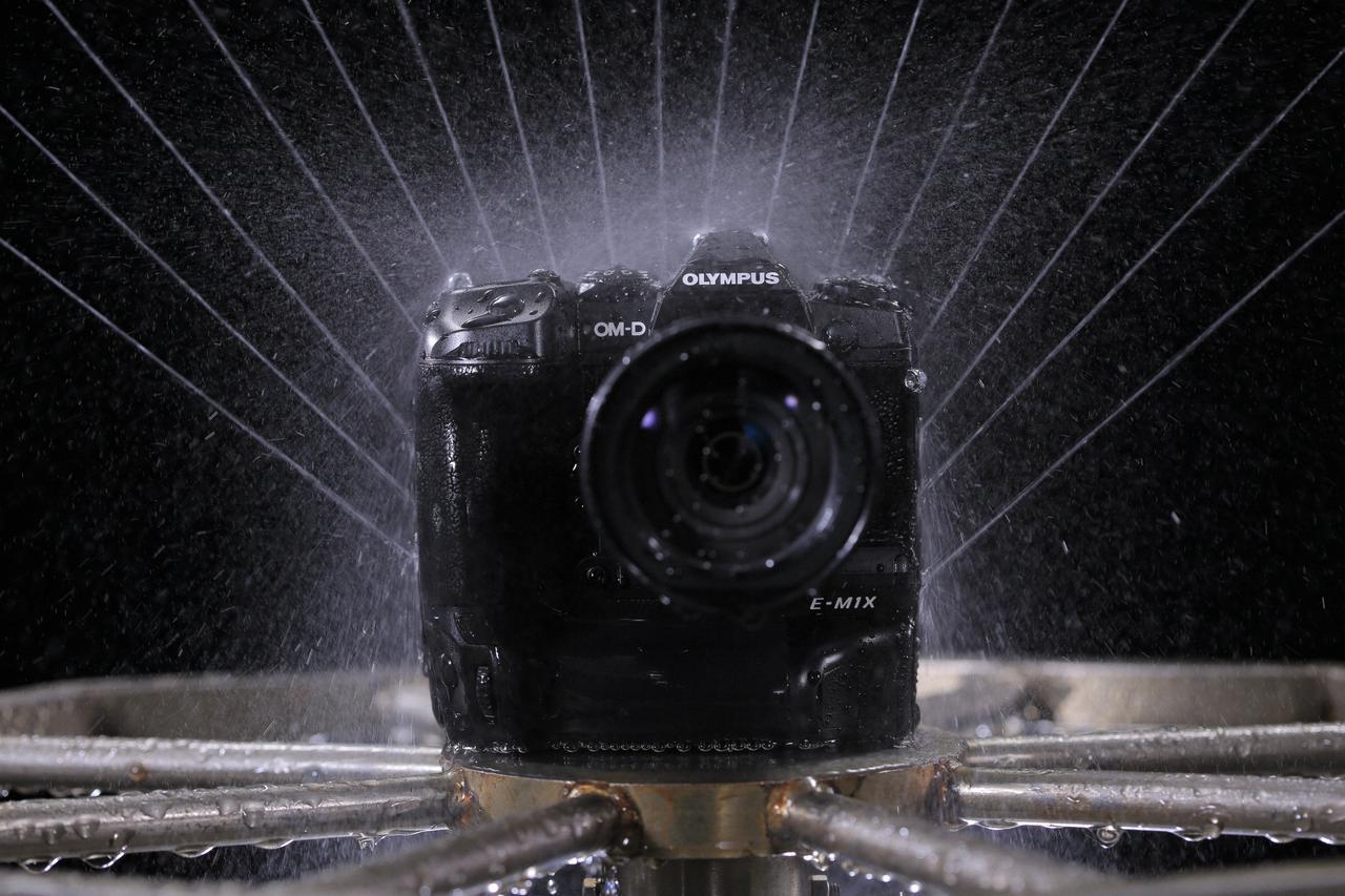 画像: IPX1よりも厳しい基準で試験を実施。過酷な環境でも撮影ができるという。