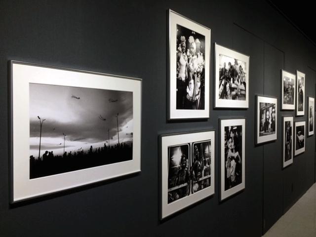 画像: 中藤毅彦写真展「STREET RAMBLER-HAVANA」。15年振りにハバナを訪れたという作者。その間、アメリカとの国交回復やカストロの死などがあって、街並みや物質文明は大きく様変わりしたというが、人々の気質はそのまま…だったとか。