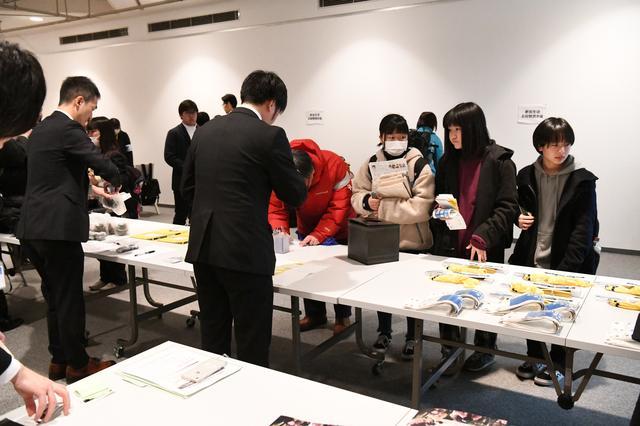 画像: ▲全国から15校の写真部員が横浜美術館に集結。受付の様子。