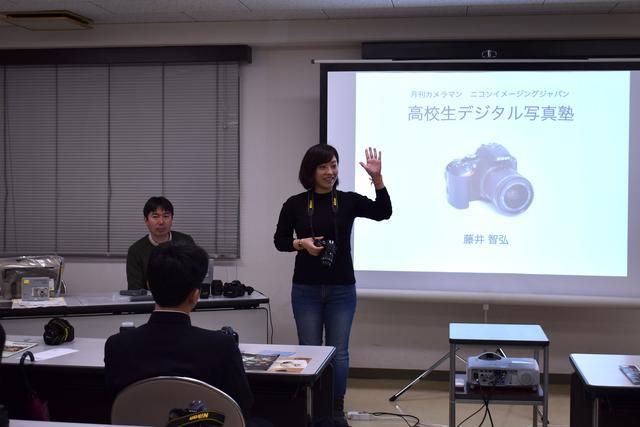画像: ▲ニコンD5600の基本的な使い方を参加者に説明中のニコンイメージングジャパンの馬橋さん。
