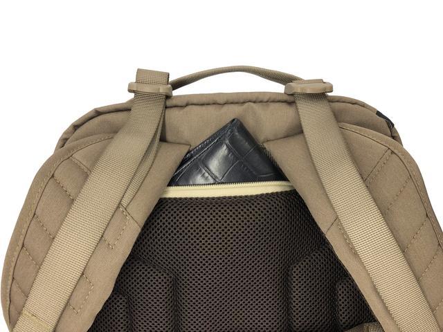 画像: ▲貴重品などを収納できる隠しポケットもある。