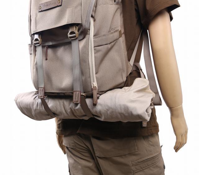 画像: ▲ジャケットなどを留められるストラップも備える。