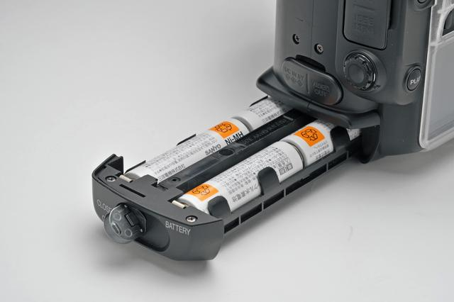 画像: バッテリーは単3形4本を使用する