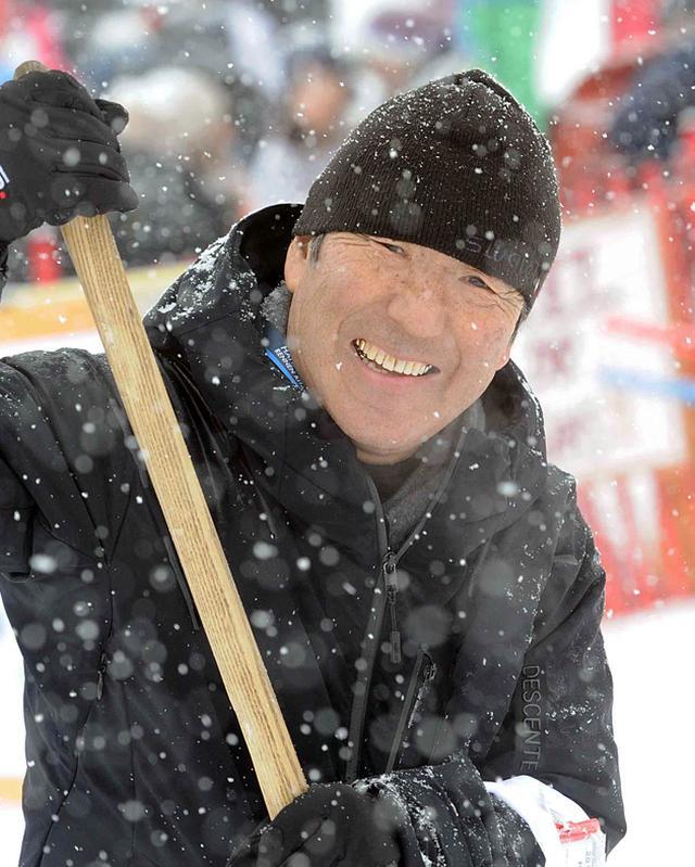画像: 雪降るキッツビューエル回転ではコース整備に一役買う筆者。