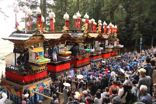 画像: 山車の上に設けられた舞台では、独創的な人形劇が繰り広げられる。