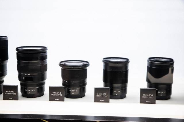 画像: ▲こちらも開発中のモックアップ。右から85mm f/1.8 S、24mm f/1.8 S。