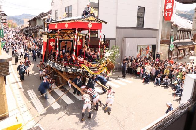 画像: 十六銀行交差点(約90度)を巨大な山車が車輪をきしませながら民家の屋根すれすれに曲がる瞬間や全速力で街並みを走る様は圧巻。