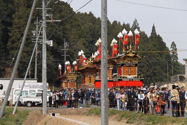 画像: 6両の絢爛豪華な山車が大行列を組んで移動する光景は華麗。