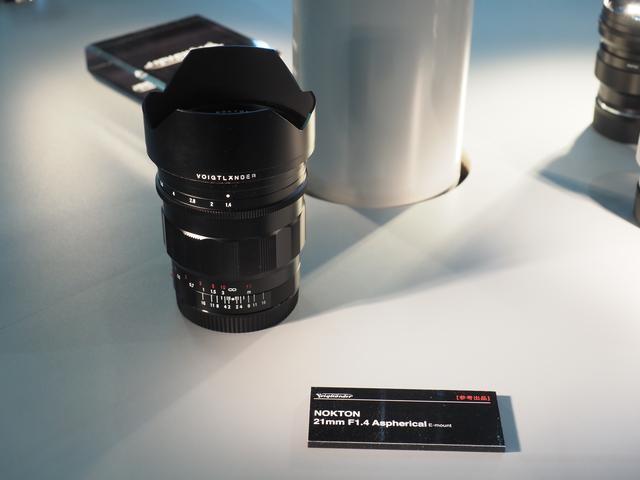 画像: ▲ノクトン21mm F1.4 Aspherical E-mount。従来のノクトン同様のローレット仕上げ。クリックなしに設定できる絞り切り替え機構を搭載している。