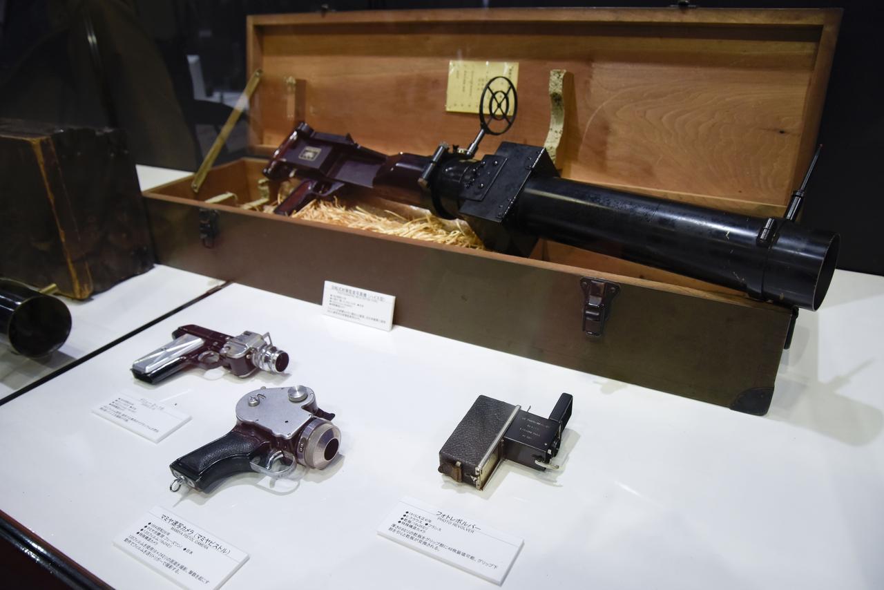 画像: ▲写真奥(上)・回転式射撃鑑査写真機(ハイス型)/前段左から、ドリュー2-16、マミヤ速写カメラ(マミヤピストル)、フォトレボルバー