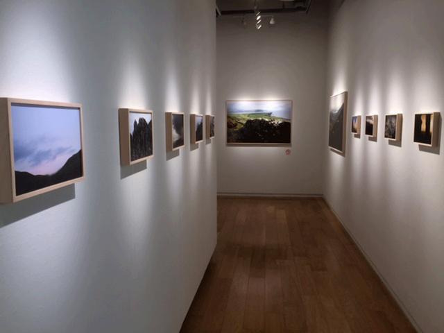 画像1: 岡嶋和幸作品展『風と土 Wind and Earth』は、アイルランドの情景に迫っています。会期中は無休ですので、是非お越しください。