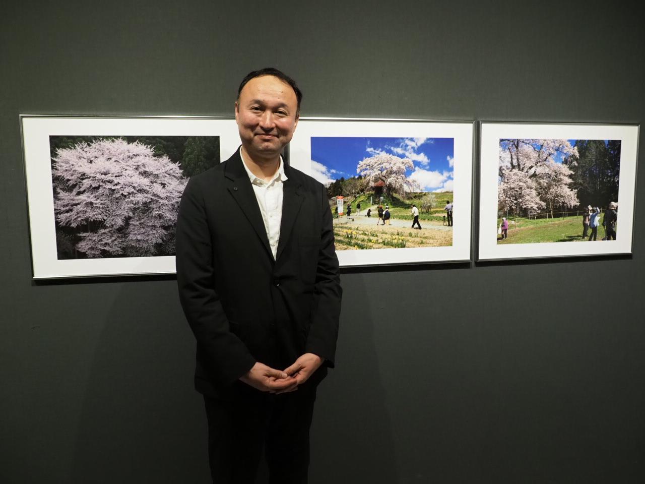 画像: ▲展示作品を前に福田さん。3/9(土)にはギャラリートークショーもあります。