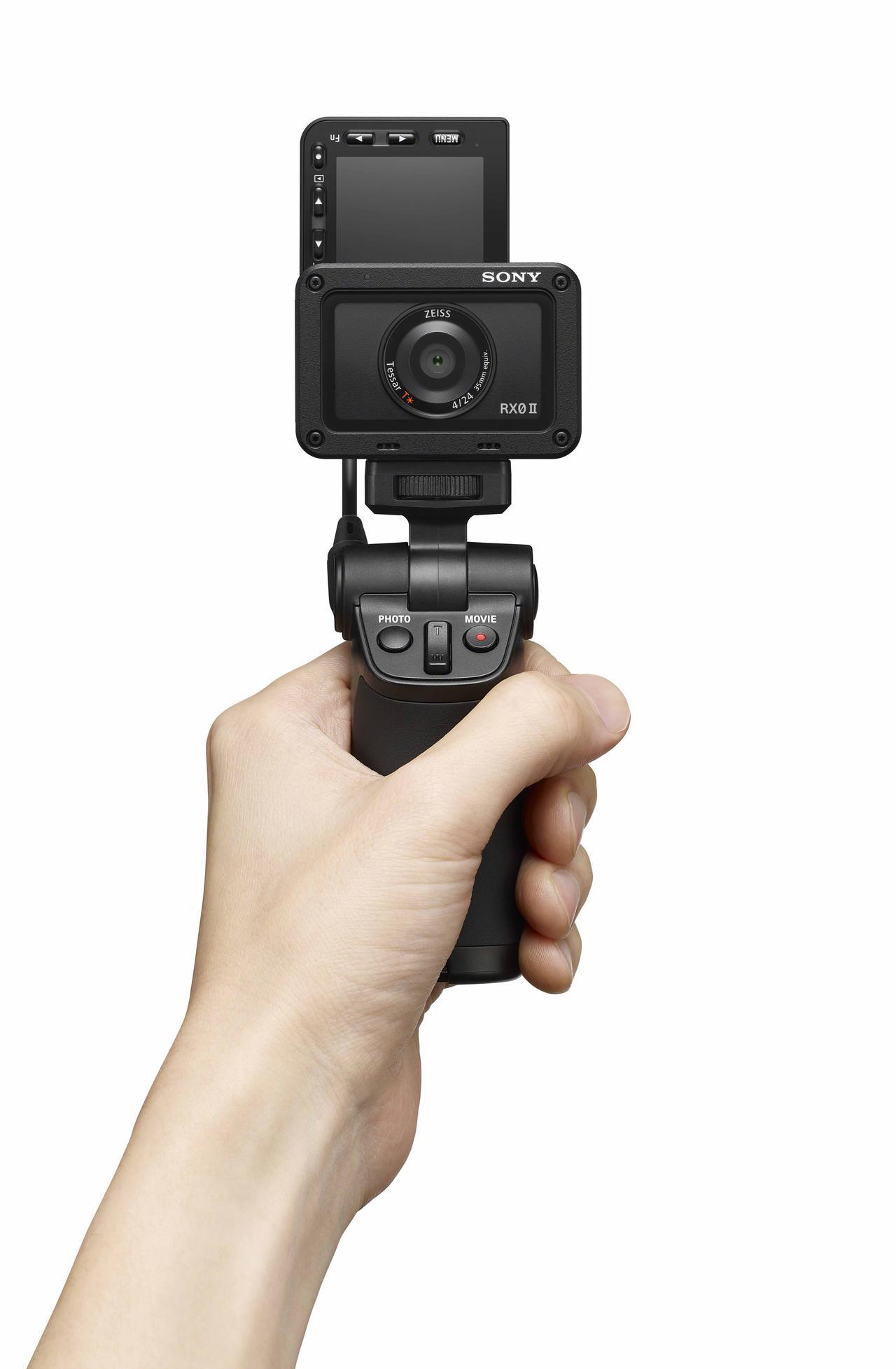 画像: シューティンググリップVCT-SGR1を装着したRX0 II。自撮りも可能に。
