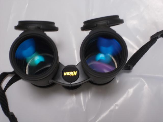 画像: 対物側から白色光の下で見ると、少なくとも「緑系」のコーティングが二つ、「青系」が二つ、「紫系」が一つ見えます。