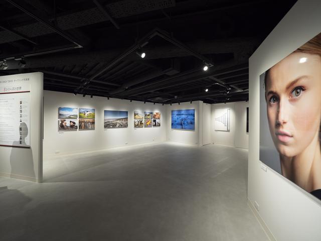 画像: 2階ギャラリーでは5月29日までオープニング写真展として「Sシリーズの世界」を開催。国内外あわせて10名のプロによるLUMIX Sシリーズで撮影された作品が展示されている。