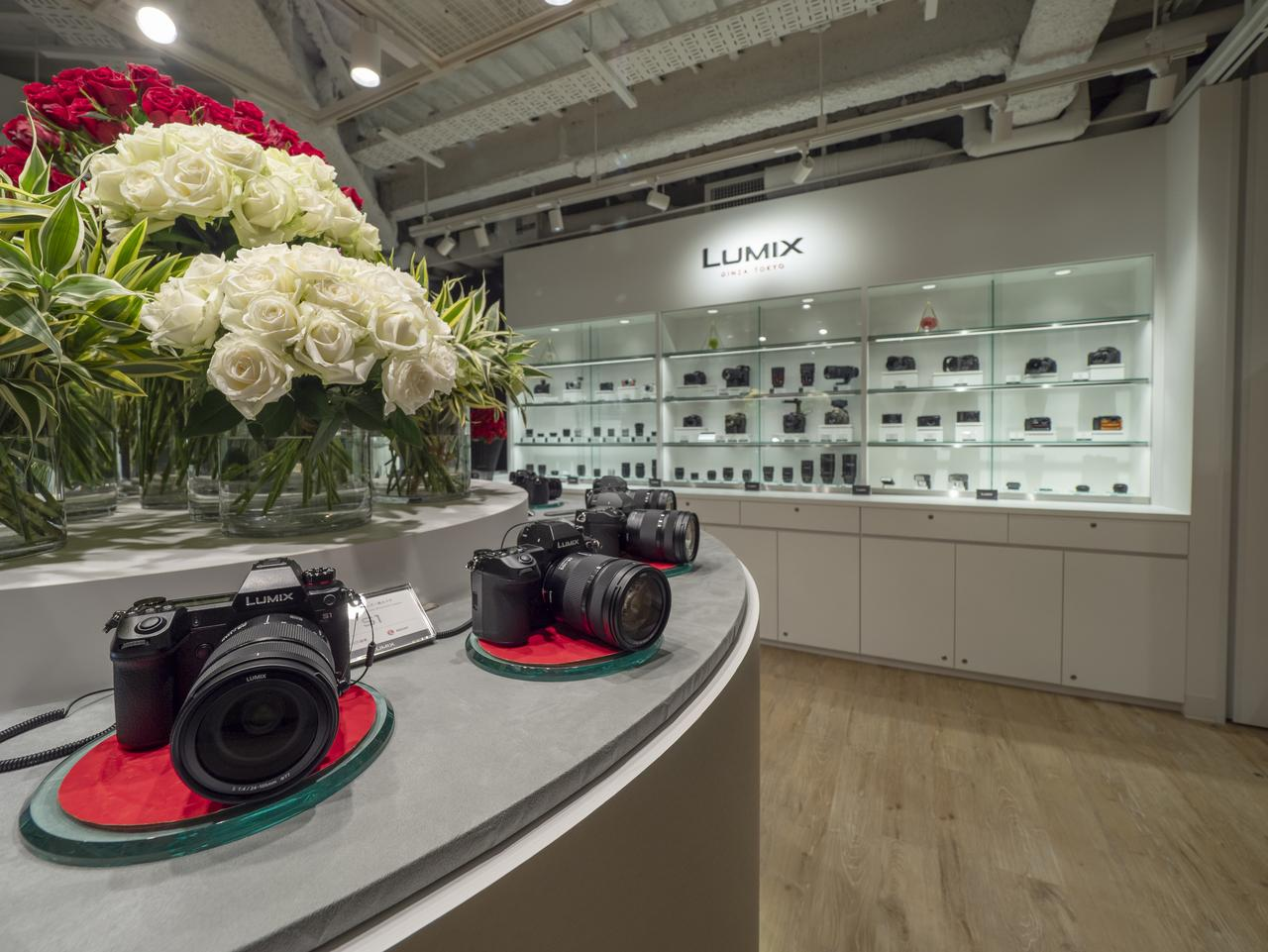 画像: 1階ショールーム。最新フルサイズLUMIX S1/S1Rをはじめ、先日発売がアナウンスされたLUMIX G99も展示されていた。