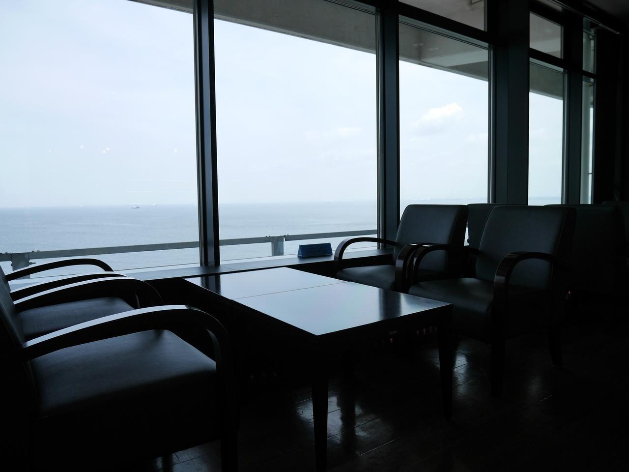画像: 疲れたら海を見ながらソファでゆっくり!