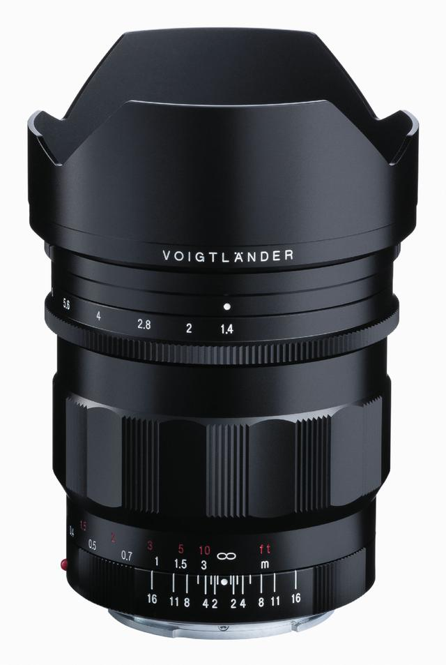 画像: 花形フード付きのNOKTON 21mm F1.4 Aspherical E-mount