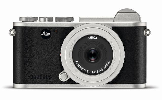 画像: 外装レザーにはbauhausの文字がエンボス加工され、ブラックロゴのLeicaバッヂが採用されている。