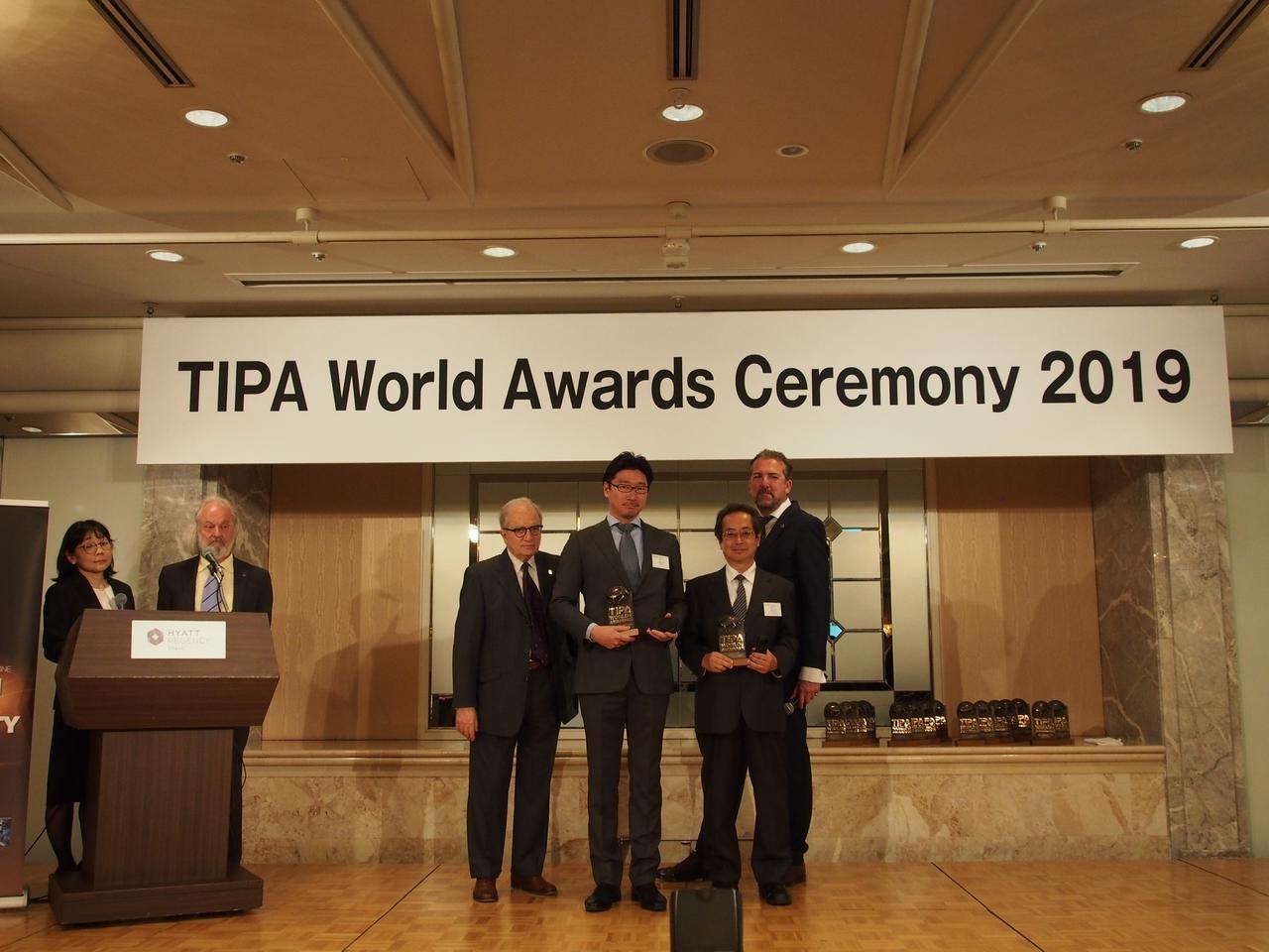 画像: GR ⅢとTHETA Z1でダブル受賞したリコーさんです。一番右がTIPAの代表を務めるトーマスさん。