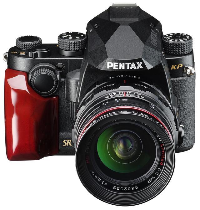 画像: PENTAX KP J limited Black & Gold。Red SPカラーのカスタムウッドグリップが装着されている。