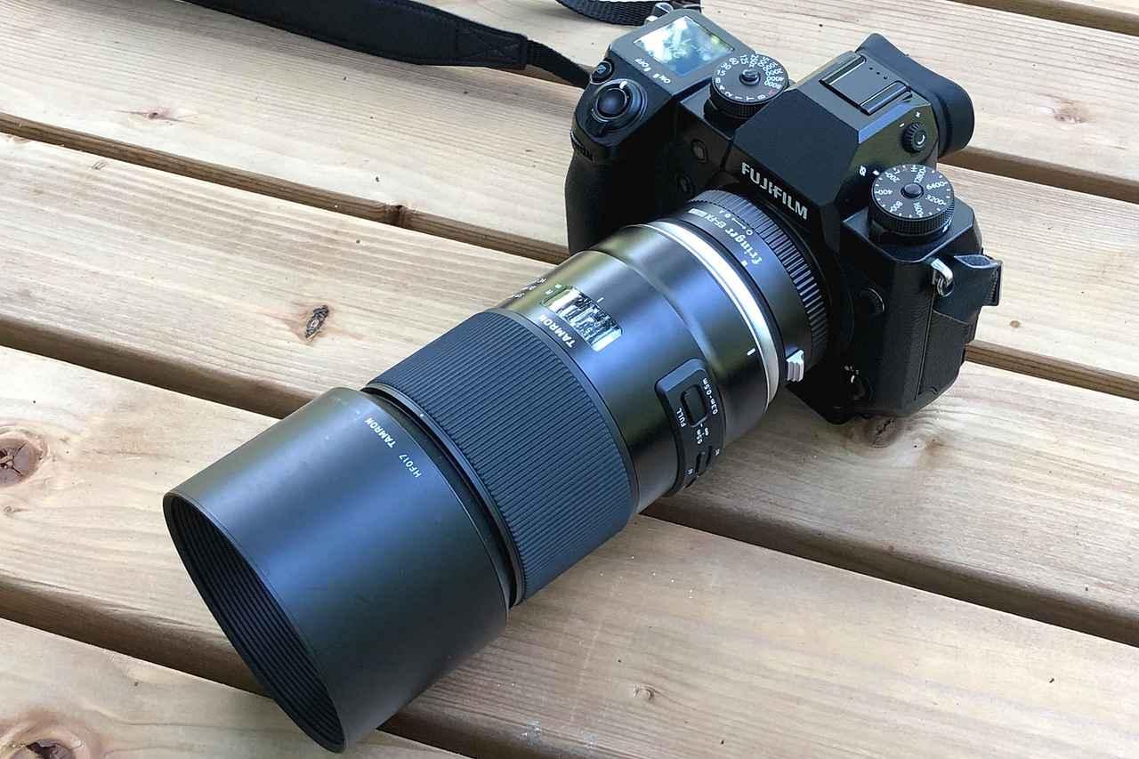画像: ▲富士フイルムXシリーズカメラにタムロンのレンズを装着する際に、カメラとレンズの間にセットします。ここではEFマウントのタムロンレンズをX-H1に装着しています。