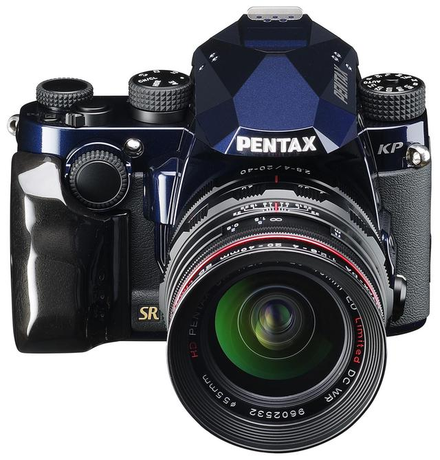 画像: PENTAX KP J limited Dark Night NavyにはSumi Blackカラーのカスタムウッドグリップを装備。